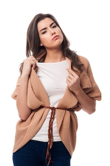 Donna sudata in abiti caldi
