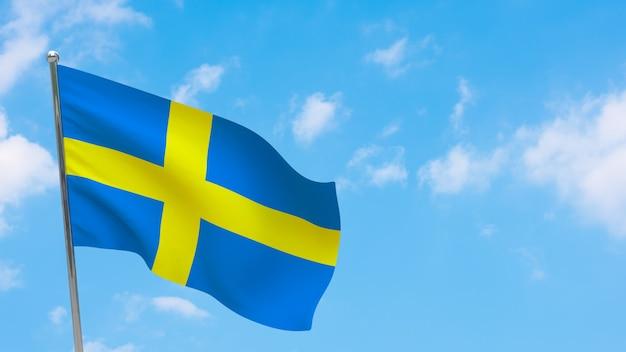 극에 스웨덴 깃발입니다. 파란 하늘. 스웨덴 국기