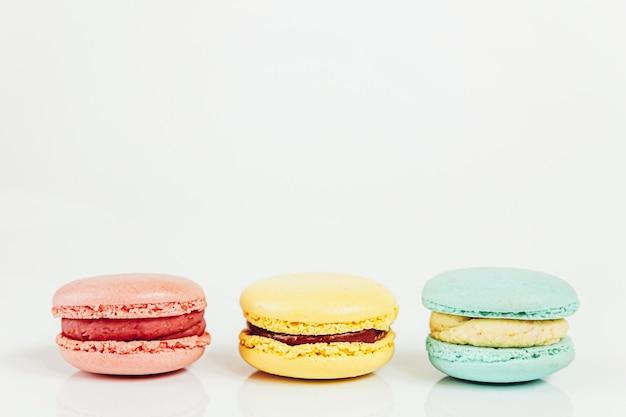 Сладкий миндаль красочные пастельные макарон десертный торт, изолированные на белом фоне