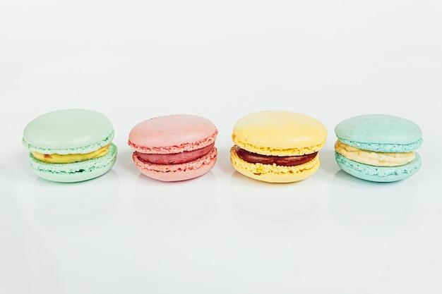 Сладкий миндаль красочные пастельные macaron или десертный торт macaroon, изолированные на белом фоне. французское сладкое печенье.
