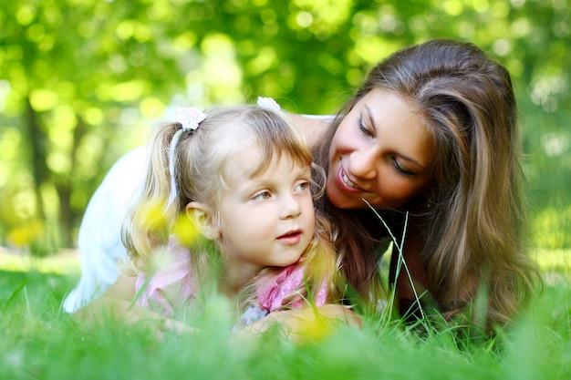 엄마와 함께 달콤하고 아름다운 소녀