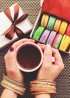 Сладкие и красочные миндальное печенье