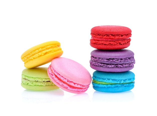 Сладкие и красочные французские миндальное печенье или миндальное печенье, изолированные на белом, десерт.