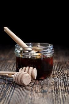 ミツバチの虫の助けを借りて作られた、粘り気のある粘り気のある甘くておいしい天然蜂蜜