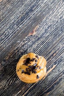 Сладкая и вкусная выпечка с кусочками шоколада, сладкая булочка из пшеничной муки с кусочками шоколада и шоколадной начинкой