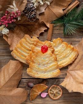 크리스마스 시간에 꿀이 들어간 달콤하고 가벼운 퍼프 페이스트리