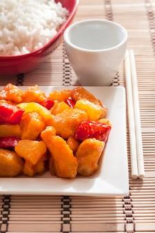 ピーマンとパイナップルを添えた甘酸っぱいチキン