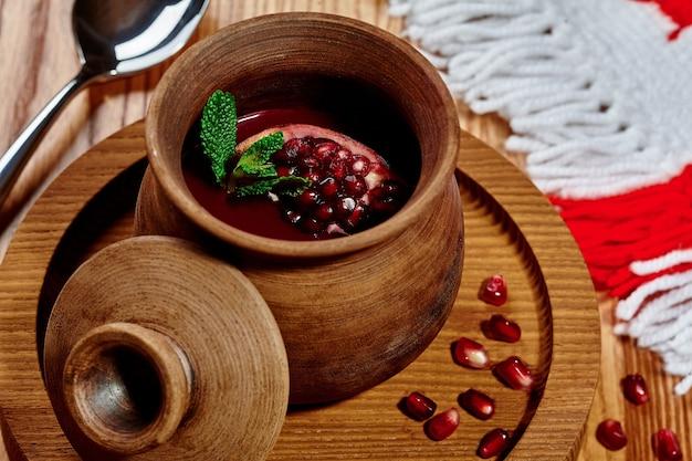 Кисло-сладкий гранатовый соус в глиняном горшочке в грузинском ресторане