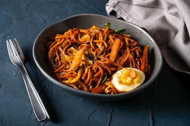 Кисло-сладкая пшеничная лапша, курица-гриль, пекинская капуста, морковь, сладкий перец, ананас, яйцо, лук-порей, нори.