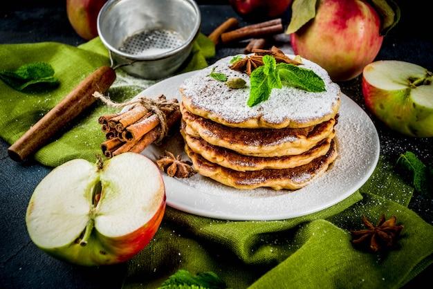 甘くてスパイシーな秋のアップルパンケーキ、アニス、シナモン、砂糖入り