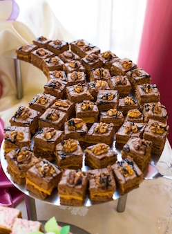 결혼식 피로연 테이블에 달콤하고 맛있는 컵 케이크