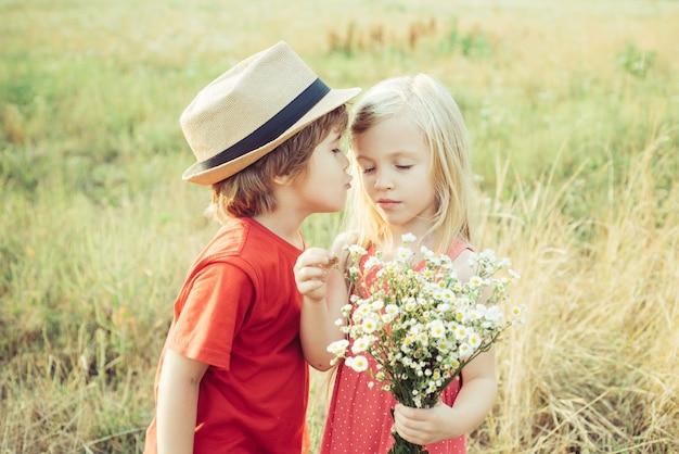 甘い天使の子供たちのバレンタインデーキューピッドの子供バレンタインデーカードチャイルドケアの子供たちがfiで楽しんでいます...