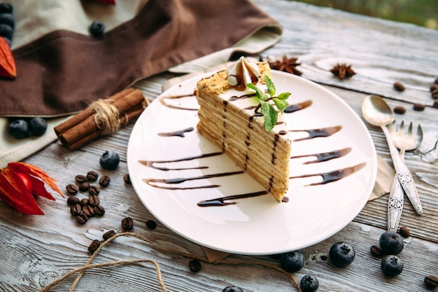 甘い食欲をそそるデザートのケーキ
