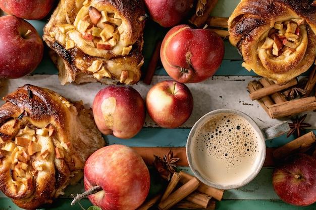 Сладкие булочки с яблоком и корицей. традиционная домашняя выпечка
