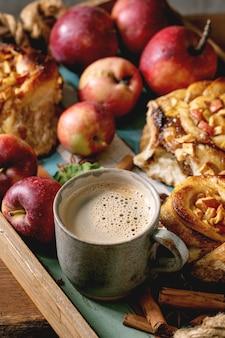 甘いリンゴのシナモンロール。伝統的なホームベーカリー
