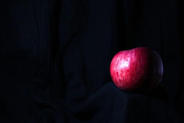 검은 배경에 고립 된 달콤한 사과 수확 새로운 평면 평면도 복사 공간