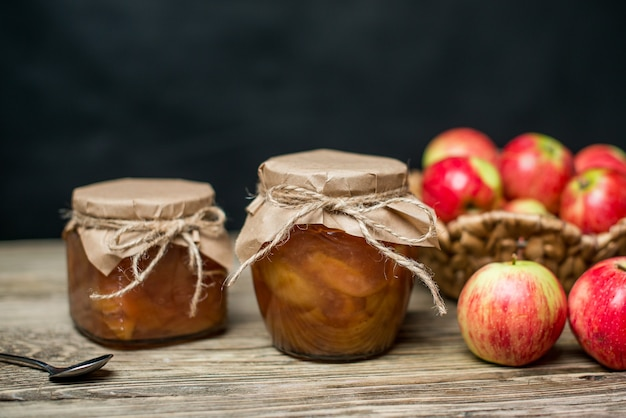 Сладкое яблочное варенье в банках на столе