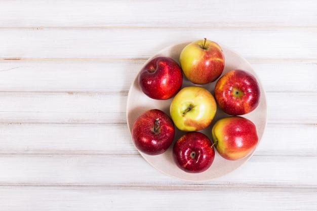 木製の背景に甘いリンゴ