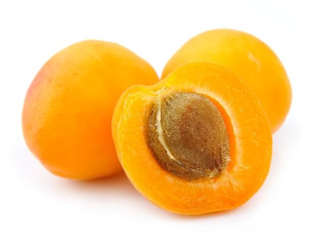 Сладкие фрукты абрикоса, изолированные на белом фоне