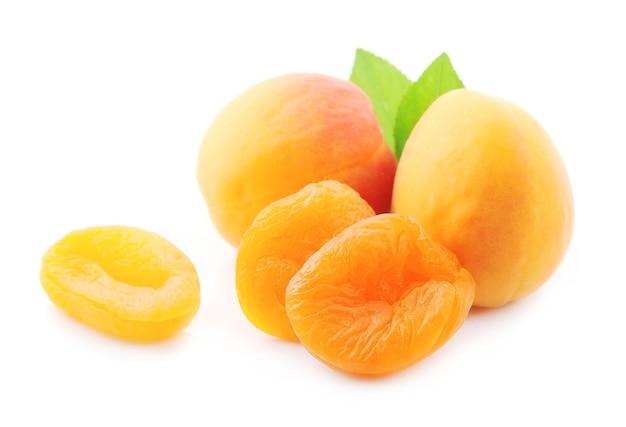 Сладкие фрукты абрикоса с курагой, изолированные на белом фоне
