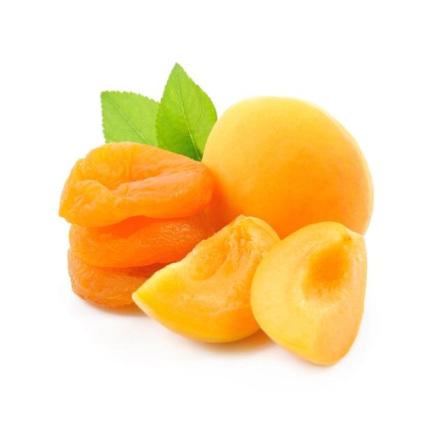 Сладкие абрикосы с сушеными абрикосами на белом фоне.