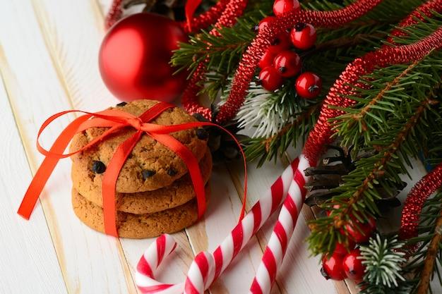 줄무늬 사탕 지팡이의 달콤한 배열과 빨간 리본으로 싸서 맛있는 쿠키의 스택.