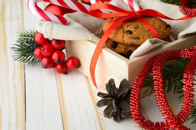 줄무늬 사탕 지팡이의 달콤한 배열과 빨간 리본으로 싸서 맛있는 쿠키의 스택. 프리미엄 사진