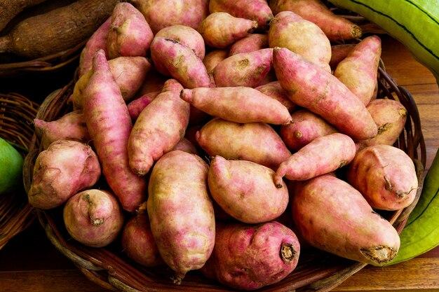 Сладкий азиатский картофель в плетеной корзине на рынке