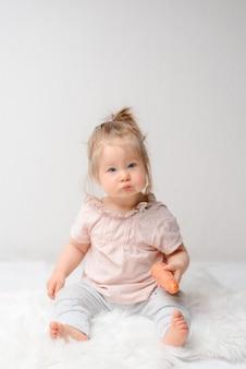 그녀의 첫 당근 먹는 달콤한 아기