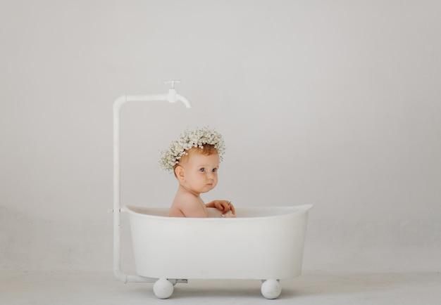 Dolce bambina in bagno