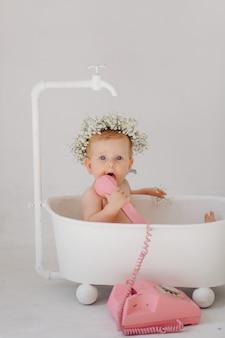 バスルームに甘い女の赤ちゃん