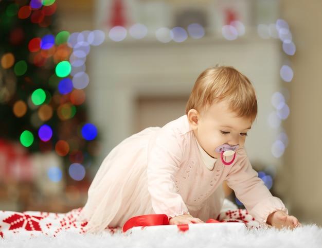 クリスマスの日に這うなだめるような甘い女の赤ちゃん
