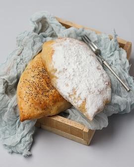 차 또는 커피를위한 달콤한 구운 케이크. 설탕 뿌리