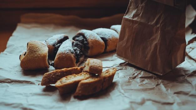 クラフト紙の甘いベーキング製品。食べ物の写真。甘いペストリー。ベーカリーショップのバナー。レシピ本の写真。配達用の紙袋