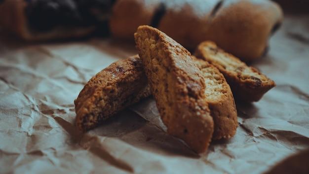 クラフト紙の甘いベーキング製品。食べ物の写真。甘いペストリー。ベーカリーショップのバナー。レシピ本の写真。