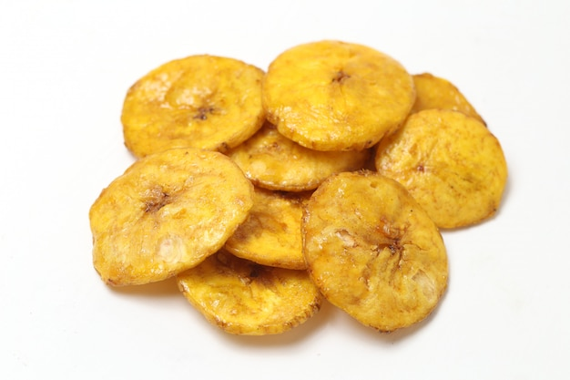 Сладкие банановые чипсы, изолированные на белом фоне