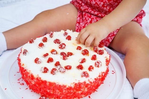 子供の誕生日に甘い美しいケーキやその他のお菓子