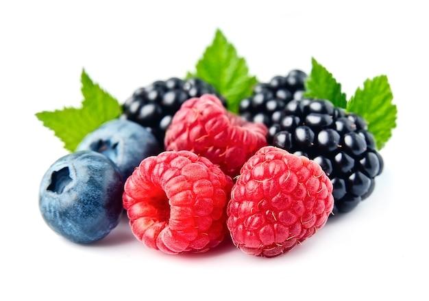 Изолированная смесь сладких ягод.