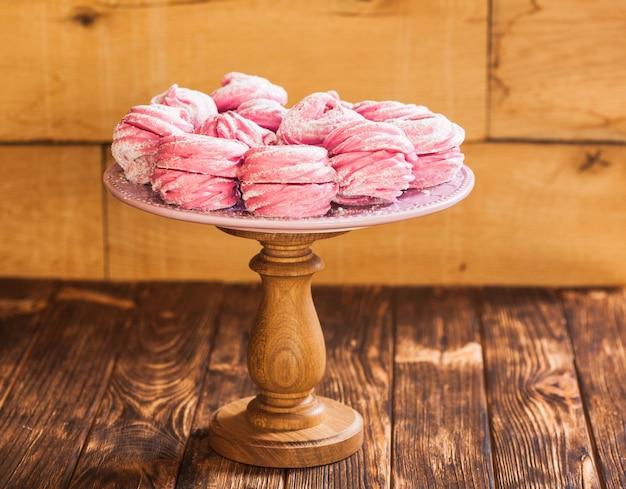 ケーキスタンドの甘いベリーデザートマシュマロ