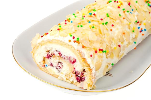 白地にクリームが入った甘いビスケットロール。