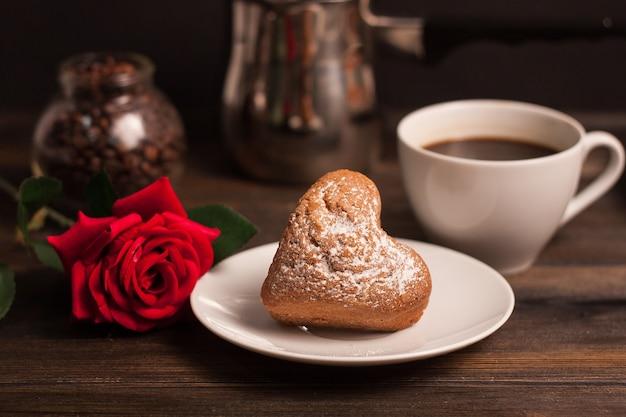 甘いビスケットコーヒーカップバラの花ロマンス朝食