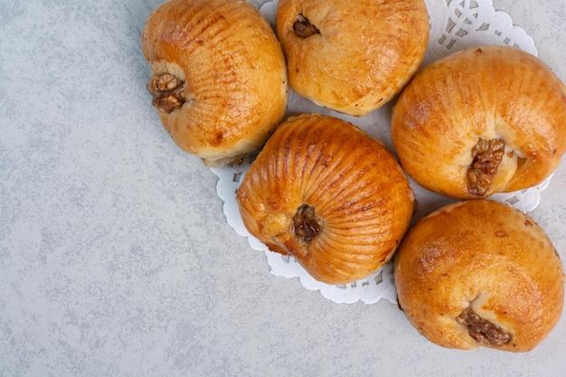 灰色の背景にクルミの果実と甘いビスケット。高品質の写真