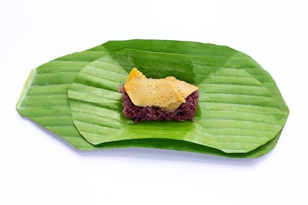 バナナの葉に卵カスタードをトッピングした甘い黒もち米