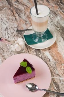 甘いブルーベリーパイとコーヒーラテ。