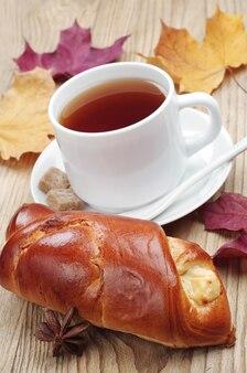 테이블에 달콤한 롤빵과 차 한잔