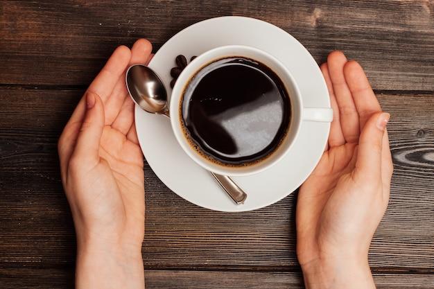 Сладкая булочка десертная на завтрак кофейная чашка cinnabon. фото высокого качества