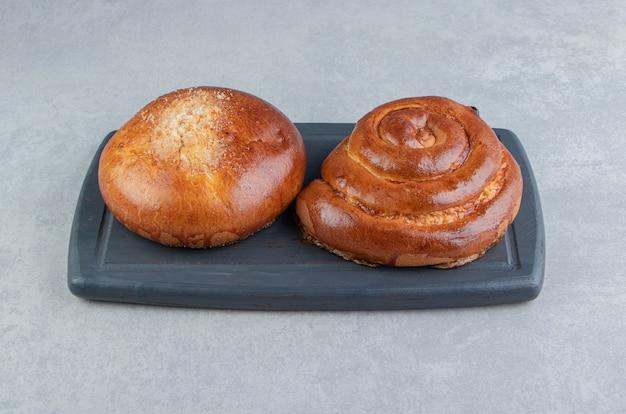 黒板に甘いパンのペストリー。 無料写真