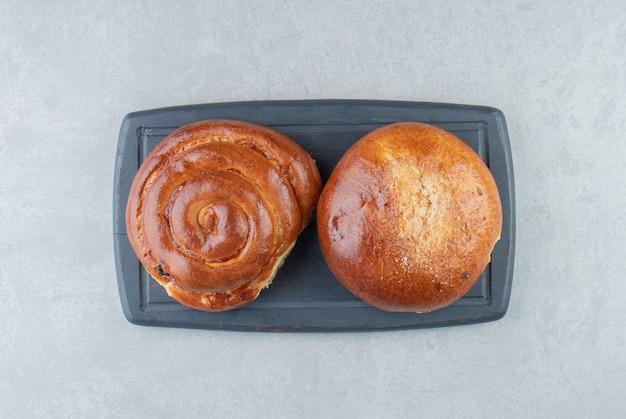 黒板に甘いパンのペストリー。