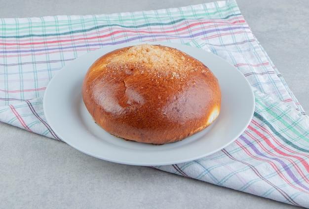 白い皿に布で甘いパン。