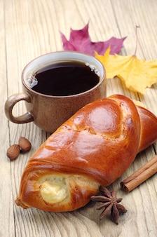 カッテージチーズとテーブルの上のコーヒーの甘いパン
